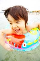 浮き輪を付けて泳ぐ女の子