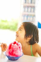 かき氷を食べる女の子 02336003118| 写真素材・ストックフォト・画像・イラスト素材|アマナイメージズ