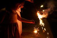 線香花火をする女の子