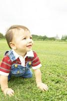 野原で遊ぶ赤ちゃん