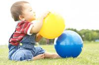 ボールで遊ぶ赤ちゃん 02336003143| 写真素材・ストックフォト・画像・イラスト素材|アマナイメージズ