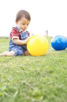 ボールで遊ぶ赤ちゃん 02336003145| 写真素材・ストックフォト・画像・イラスト素材|アマナイメージズ