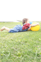 ボールで遊ぶ赤ちゃん 02336003146| 写真素材・ストックフォト・画像・イラスト素材|アマナイメージズ