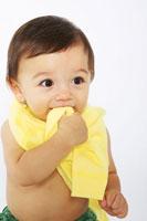 着替えをする赤ちゃん