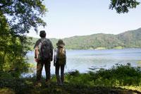 湖畔に立つシニア夫婦の後姿
