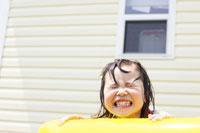ビニールプールで遊ぶハーフの女の子 02336003404| 写真素材・ストックフォト・画像・イラスト素材|アマナイメージズ
