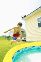 ビニールプールに飛び込むハーフの男の子