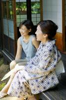 縁側に座り笑顔で会話する母と娘 02336003434| 写真素材・ストックフォト・画像・イラスト素材|アマナイメージズ