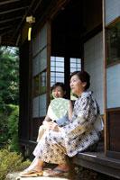 縁側に座り笑顔で会話する母と娘 02336003435A| 写真素材・ストックフォト・画像・イラスト素材|アマナイメージズ