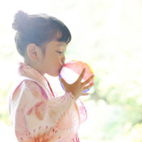 紙風船を膨らます浴衣の女の子 02336003445| 写真素材・ストックフォト・画像・イラスト素材|アマナイメージズ