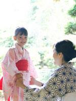 浴衣姿の女の子と祖母 02336003446| 写真素材・ストックフォト・画像・イラスト素材|アマナイメージズ