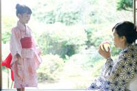 紙風船で遊ぶ浴衣姿の女の子と祖母 02336003447| 写真素材・ストックフォト・画像・イラスト素材|アマナイメージズ