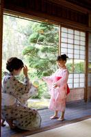 紙風船で遊ぶ浴衣姿の女の子と祖母 02336003448| 写真素材・ストックフォト・画像・イラスト素材|アマナイメージズ
