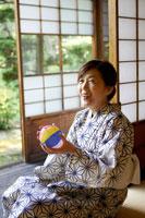 紙風船を手にする浴衣姿のシニア女性 02336003449| 写真素材・ストックフォト・画像・イラスト素材|アマナイメージズ