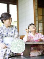 浴衣姿でかき氷を食べる女の子と祖母 02336003461| 写真素材・ストックフォト・画像・イラスト素材|アマナイメージズ