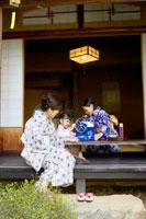 浴衣姿でかき氷を作る祖母と母と女の子 02336003462| 写真素材・ストックフォト・画像・イラスト素材|アマナイメージズ