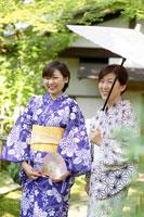和傘をさす浴衣姿の母と娘 02336003481| 写真素材・ストックフォト・画像・イラスト素材|アマナイメージズ