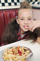 フライドポテトを食べる女の子