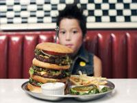 ビックサイズのハンバーガーと男の子