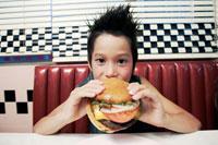ハンバーガーを食べる男の子 02336003522| 写真素材・ストックフォト・画像・イラスト素材|アマナイメージズ