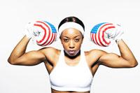 星条旗柄のボクシンググローブを付けた黒人女性