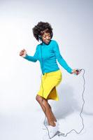 ヘッドホンを付けて踊る黒人女性