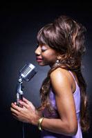 紫のドレスを着た黒人女性シンガーの横顔