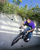 BMXに乗り壁でターンする男性 02336003647| 写真素材・ストックフォト・画像・イラスト素材|アマナイメージズ