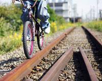 線路の上で静止するBMX 02336003648  写真素材・ストックフォト・画像・イラスト素材 アマナイメージズ