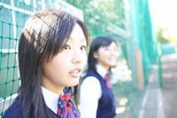スコアーボードの前に立つ2人の女子中学生