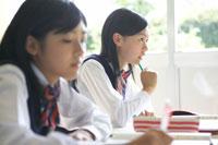 授業を受ける2人の女子中学生