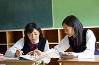 勉強を教え合う2人の女子中学生