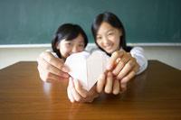 ハートの手紙を手に持つ2人の女子中学生