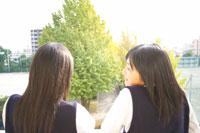 2人の女子中学生の後ろ姿