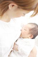 母乳をもらう赤ちゃん
