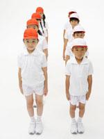 縦二列に整列する子供たち