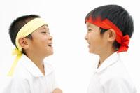 体操着姿で向かい合う男の子2人