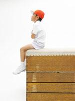跳び箱に座り腕を組む男の子 02336003917A| 写真素材・ストックフォト・画像・イラスト素材|アマナイメージズ