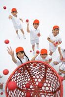 運動会の玉入れをする子供たち