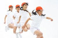 おお縄跳びをする女の子4人