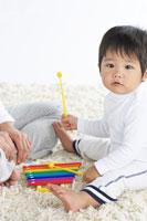 おもちゃでお母さんと遊ぶ男の子