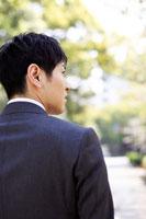 道を歩くスーツ姿の男性の横顔