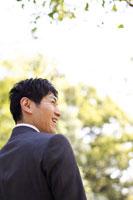 笑顔のスーツ姿の男性の横顔