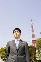 スーツ姿の男性と東京タワー 02336004099| 写真素材・ストックフォト・画像・イラスト素材|アマナイメージズ