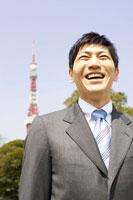スーツ姿の男性と東京タワー 02336004100A| 写真素材・ストックフォト・画像・イラスト素材|アマナイメージズ