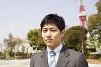 スーツ姿の男性と東京タワー 02336004101| 写真素材・ストックフォト・画像・イラスト素材|アマナイメージズ