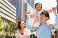 六本木の街並みを歩く買い物中の親子3人