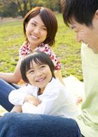 ピクニックをする親子3人