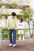 公園の鉄棒で遊ぶ父子 02336004143| 写真素材・ストックフォト・画像・イラスト素材|アマナイメージズ