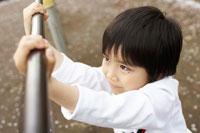 鉄棒を握る子供の眼差し